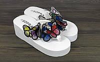 Женские белые летние шлепанцы на танкетке с бабочками , фото 1