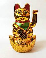 Кошка Манэки-нэко с поднятой лапкой (на батарейках)