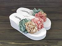 Белые шлепанцы с цветами на танкетке, фото 1