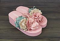 Розовые шлепанцы с цветами на танкетке, фото 1