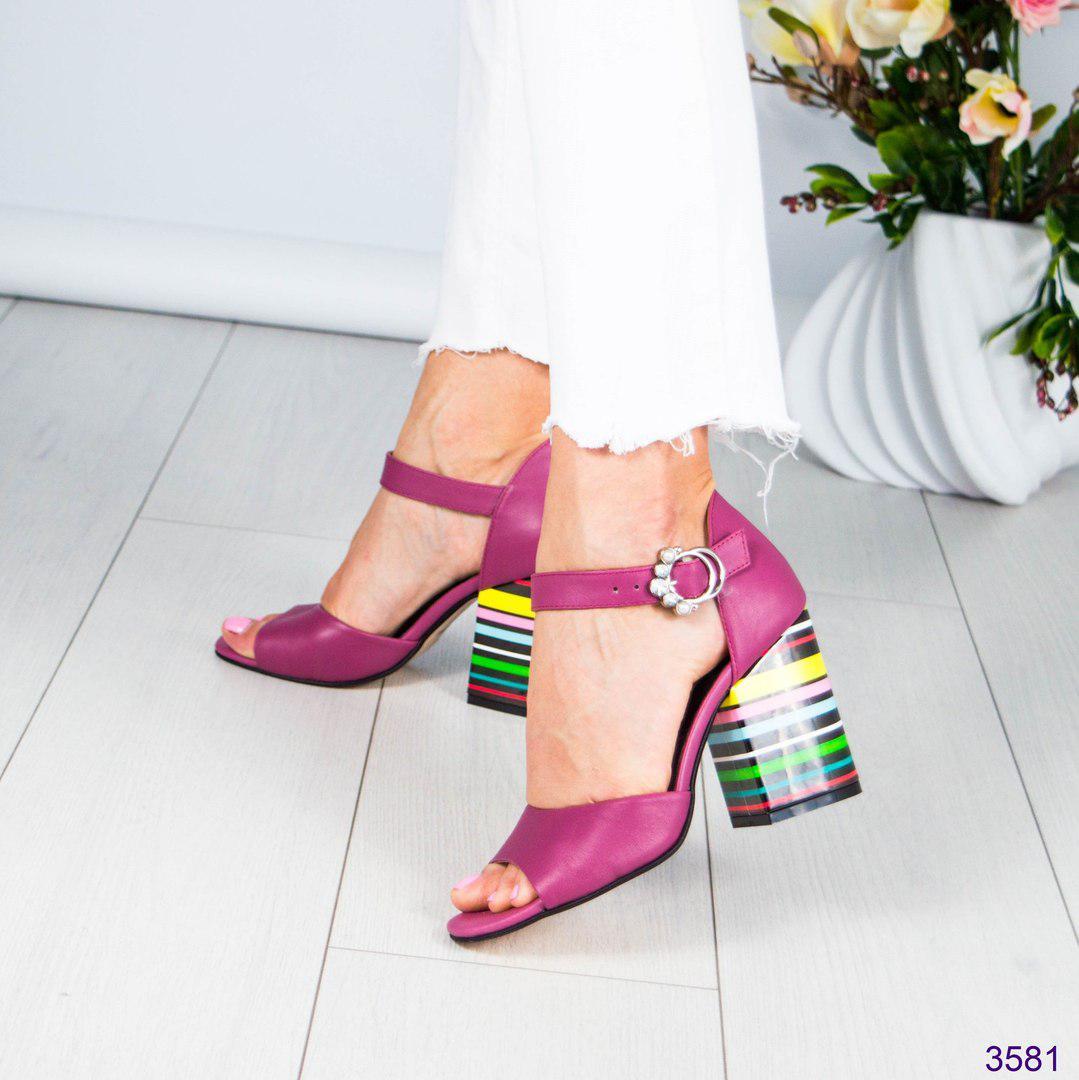 Босоножки женские на цветном каблуке