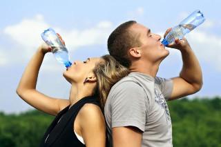 пить воду на прогулке