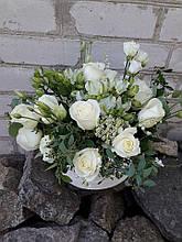 Микс белых сезонных цветов в шляпной коробке