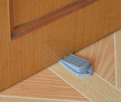 Напольный блокиратор двери