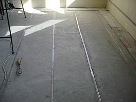 Согласно плана раскладки монтируется монтажная лента. Предварительно на всей площади пола заложен эструдированный пенополистерол.