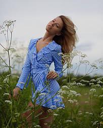Женское платье в горошек на запах
