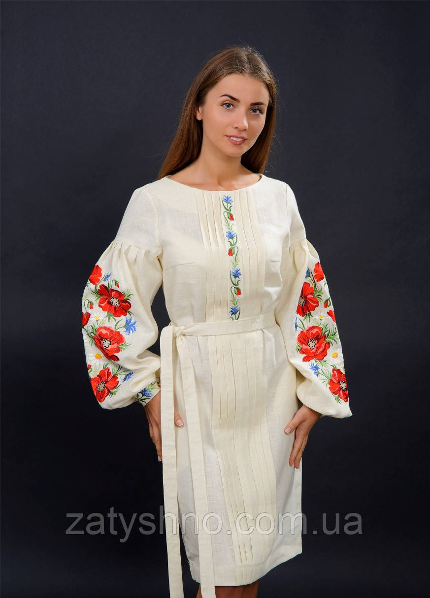Нарядное вышитое платья с цветами на рукавах