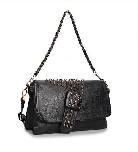 Женская сумка декорирована шипами
