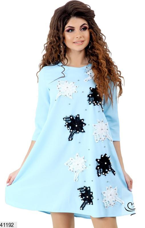 Красивое платье короткое свободное с цветами нашитыми голубое