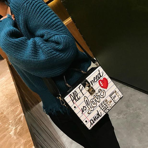 Каркасна сумочка з заклепками