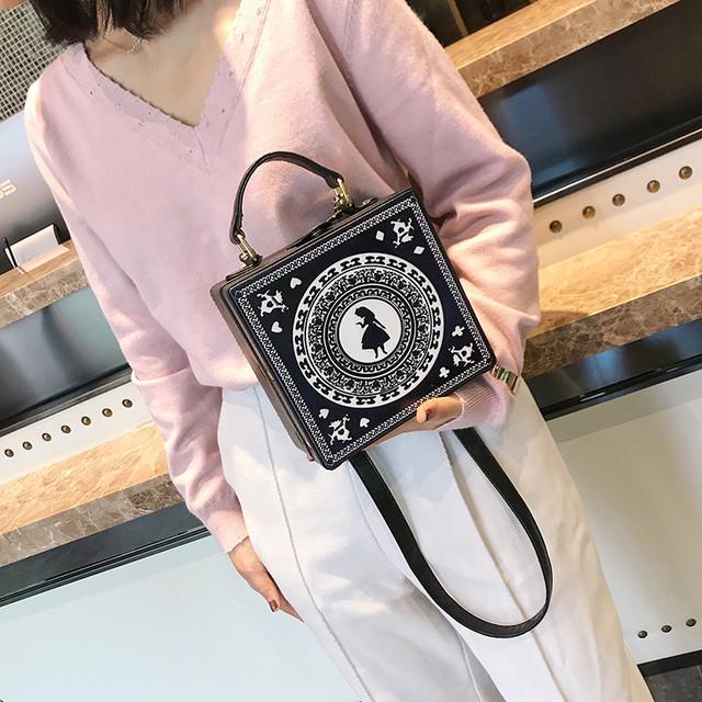 Черная каркасная сумочка с Девочкой