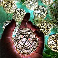 """Світлодіодна гірлянда на батарейках з кульок ротанга """"Снігова королева"""". Діаметр кульки - 5 див., фото 1"""
