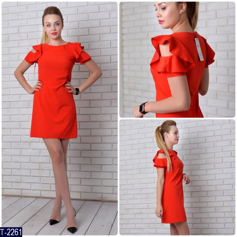 Платье с большим воланом на плечах