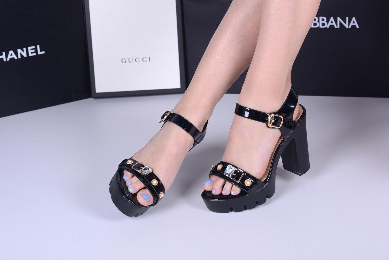 Босоножки камни с ремешком на каблуке и платформе черные лак