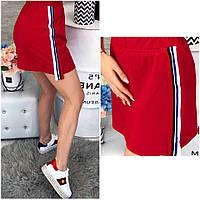 Стильная красная юбка с лампасами