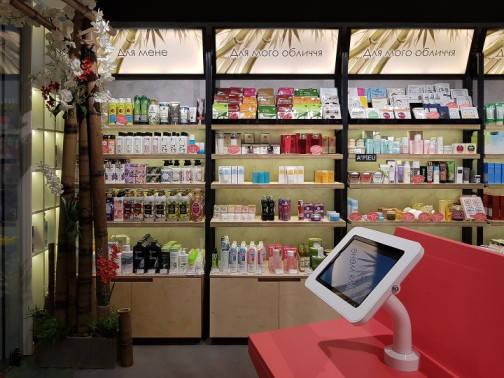 """Антивандальная настольная подставка под планшет в флагманском магазине """"ISEI"""""""