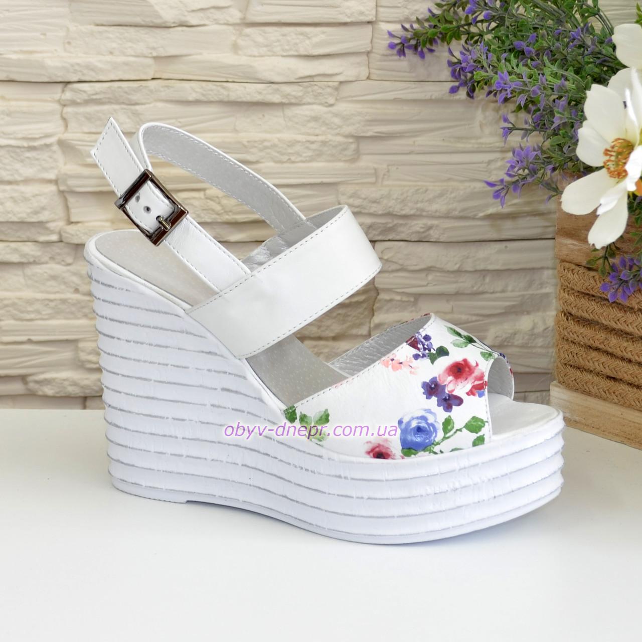 Стильные женские босоножки на платформе, цвет цветы/белый