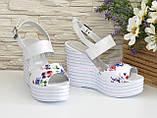 Стильные женские босоножки на платформе, цвет цветы/белый, фото 2