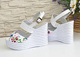 Стильные женские босоножки на платформе, цвет цветы/белый, фото 3