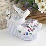 Стильные женские босоножки на платформе, цвет цветы/белый, фото 4