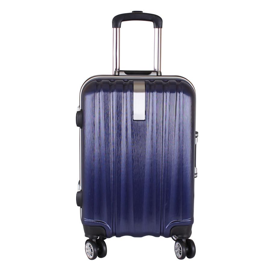 Пластиковый чемодан на четырех колесах