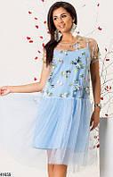 Красивое платье асимметричное свободное короткий рукав вышитые цветы голубое