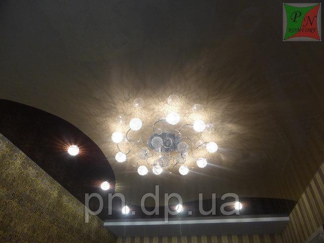 Натяжной потолок с криволинейным швом в комнате