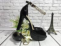 Модные женские босоножки на не высоком каблуке с пяткой выполненные из черного лака с украшением вокруг ноги.