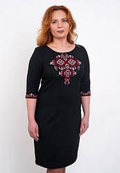 Вышитое женское платье с красным орнаментом