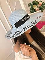 Женская пляжная шляпа с широкими полями.