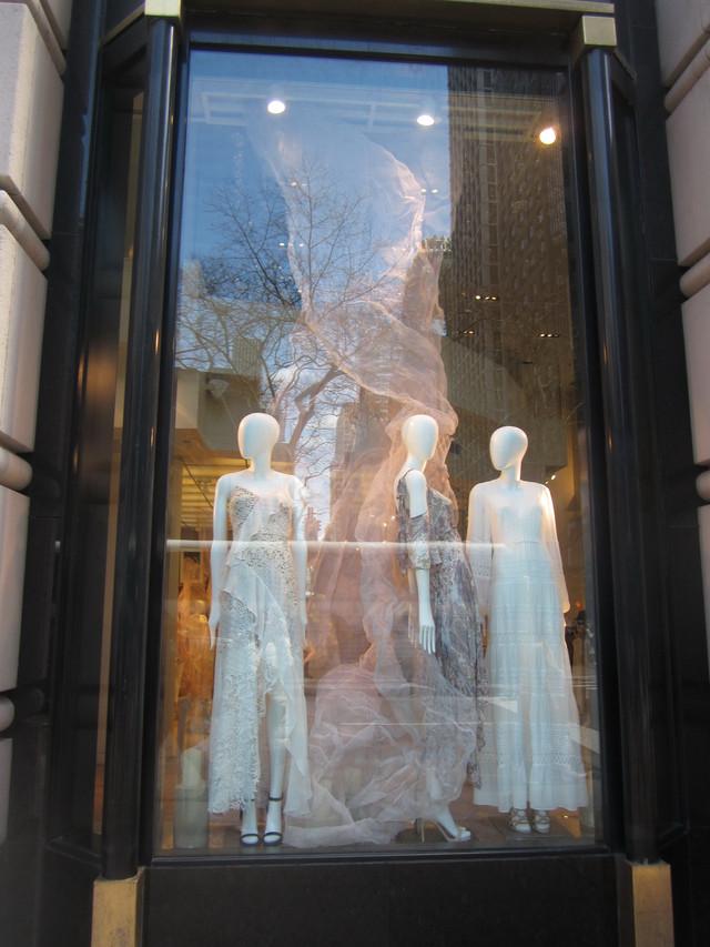 Раздел Сарафаны в пол - фото teens.ua - Нью-Йорк,витрина сарафаны на Пятой авеню