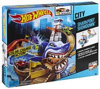 Трек Hot Wheels Серия Меняющие цвет Охота на акулу Color Shifters Sharkport Showdown