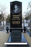 Високий пам'ятник на могилу закритий квітник та дві вази