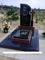 Одинарний пам'ятник з граніту із хрестом з лізника та закритим квітником