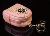 Брелок сумочка с клепками и стразами (персиковый),  6,5*4,5, 10 см, кожзам, с металлической застежкой и креплением под ключи