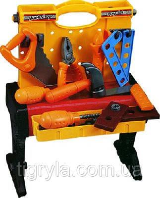 Игровой набор инструментов для мальчика на столике