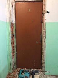 В данном случае потребовался предварительный замер.Это является обязательным для избежания моментов, когда невозможно закрыть двери из-за нахождения ручек обеих дверей на одном уровне; недостаточно места для наличника, над старой дверью швеллер и тд.