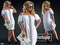 Женское красивое летние платье украшено кружевом