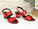 Женские лаковые красные босоножки на невысоком устойчивом каблуке., фото 2