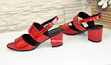 Женские лаковые красные босоножки на невысоком устойчивом каблуке., фото 3