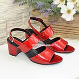 Женские лаковые красные босоножки на невысоком устойчивом каблуке., фото 4