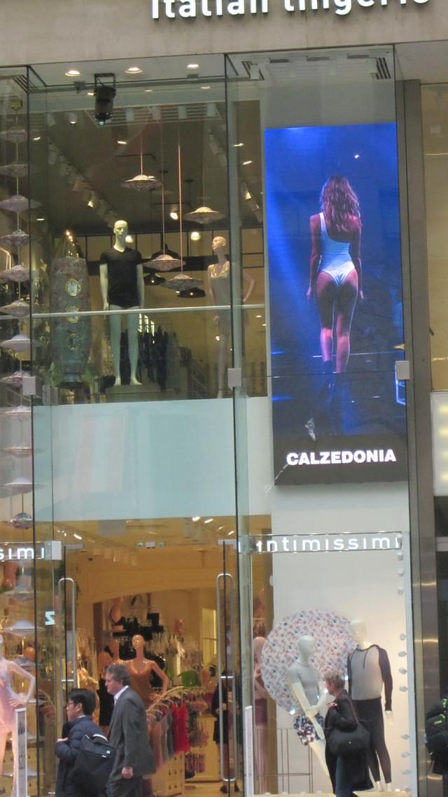 Раздел Капри на резинке - фото teens.ua - Нью-Йорк,витрина Calzedonia