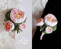 """Бутоньерка для жениха или свидетеля """"Тройные розово-персиковые пионы"""", фото 1"""