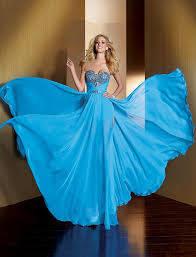 Новогодние платья: синий по-прежнему в тренде