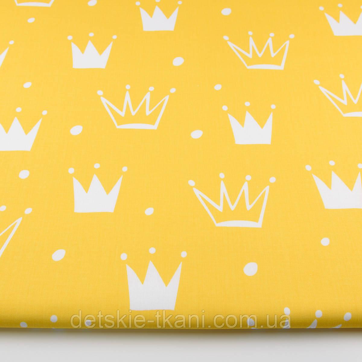 """Ткань хлопковая """"Нарисованные короны"""" белые на жёлтом (№1335а)"""