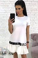 Красвое платье мини прямого кроя внизу с воланом и паетки белое