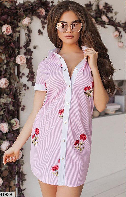 Красивое платье рубашка на пуговицах мини прямого кроя розовое с розами вышитыми