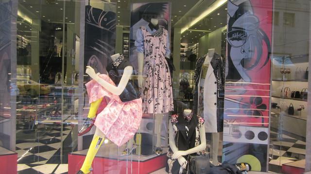 Раздел Длинные юбки в пол - фото teens.ua - Нью-Йорк,магазин Prada напротив Tramp Tower