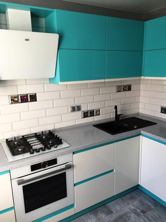 Кухня без ручек. 2 цвета.