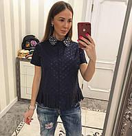 Красивая блузка украшена жемчугом